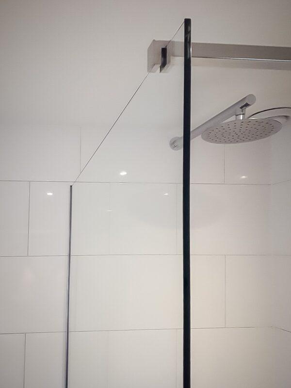 Complete douchewand voorzien van het juiste beslag.