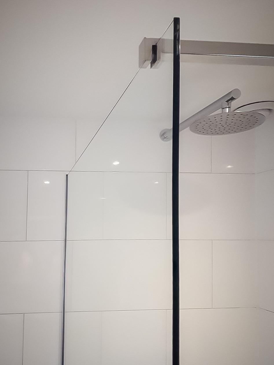 Stevige douchewand, voorzien van een stabilisatiestang. Eenvoudig zelf te monteren!
